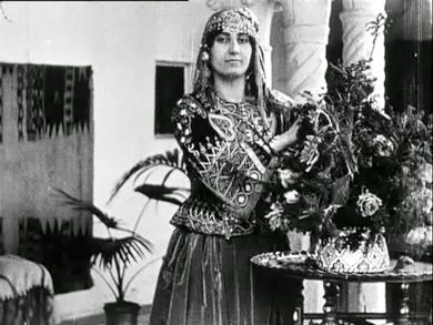 Femme algérienne en tenue traditionnelle