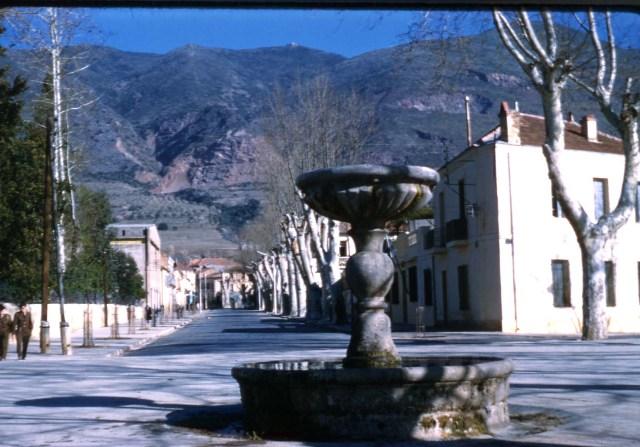 la rue principale et les montagnes