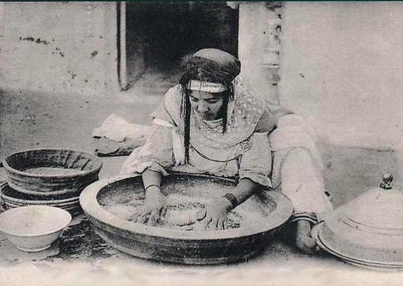 Femme roulant le couscous