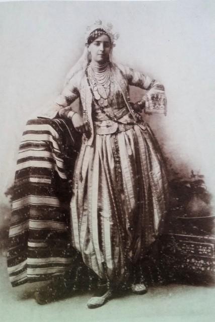 Le volume généreux du serouel la coupe ajustée des vestes et l'élégance des bijoux de tête autant de carctéristiques des constumes de fête d'Alger