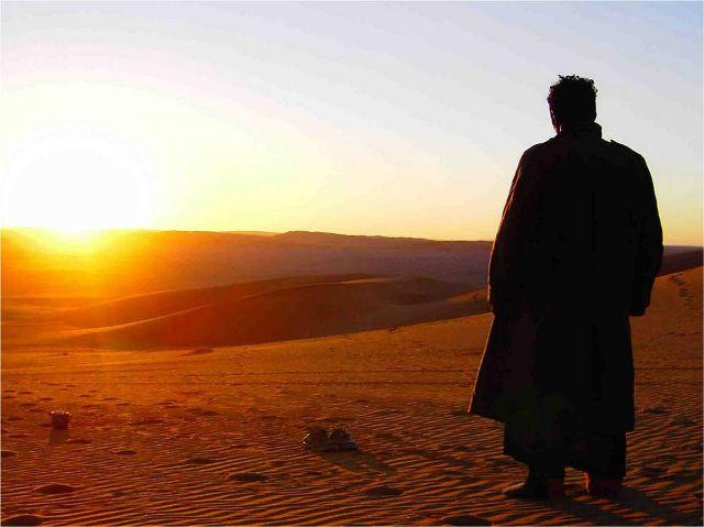 Homme-dans-le-desert@l'Amandier