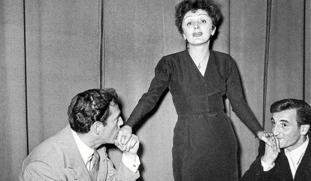1950-charles-aznavour-et-eddie-constantine-aux-pieds_d'édith Piaf AFP