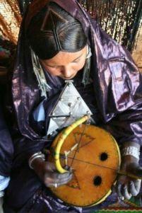 Musicienne Targuie jouant de l'Imzad